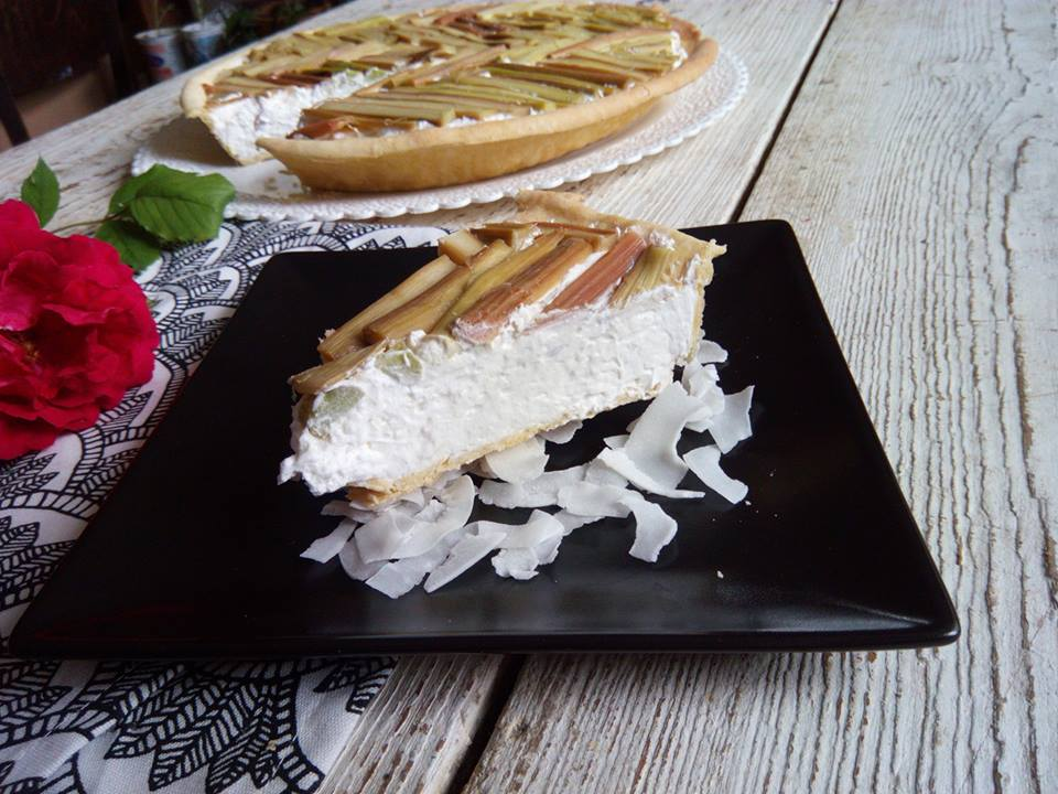 Tart with rhubarb and whipped cream with coconut
