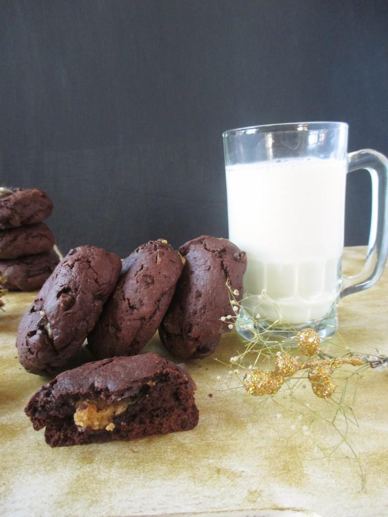 cokoladove-cookies-plnene-karamelom