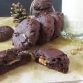 cokoladove-cookies-plnene-slanym-karamelom-1