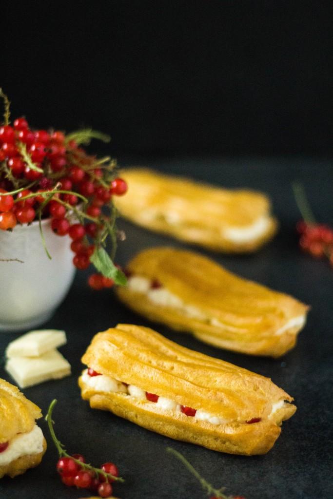 éclairs s bielou čokoládou a červenými ríbezľami