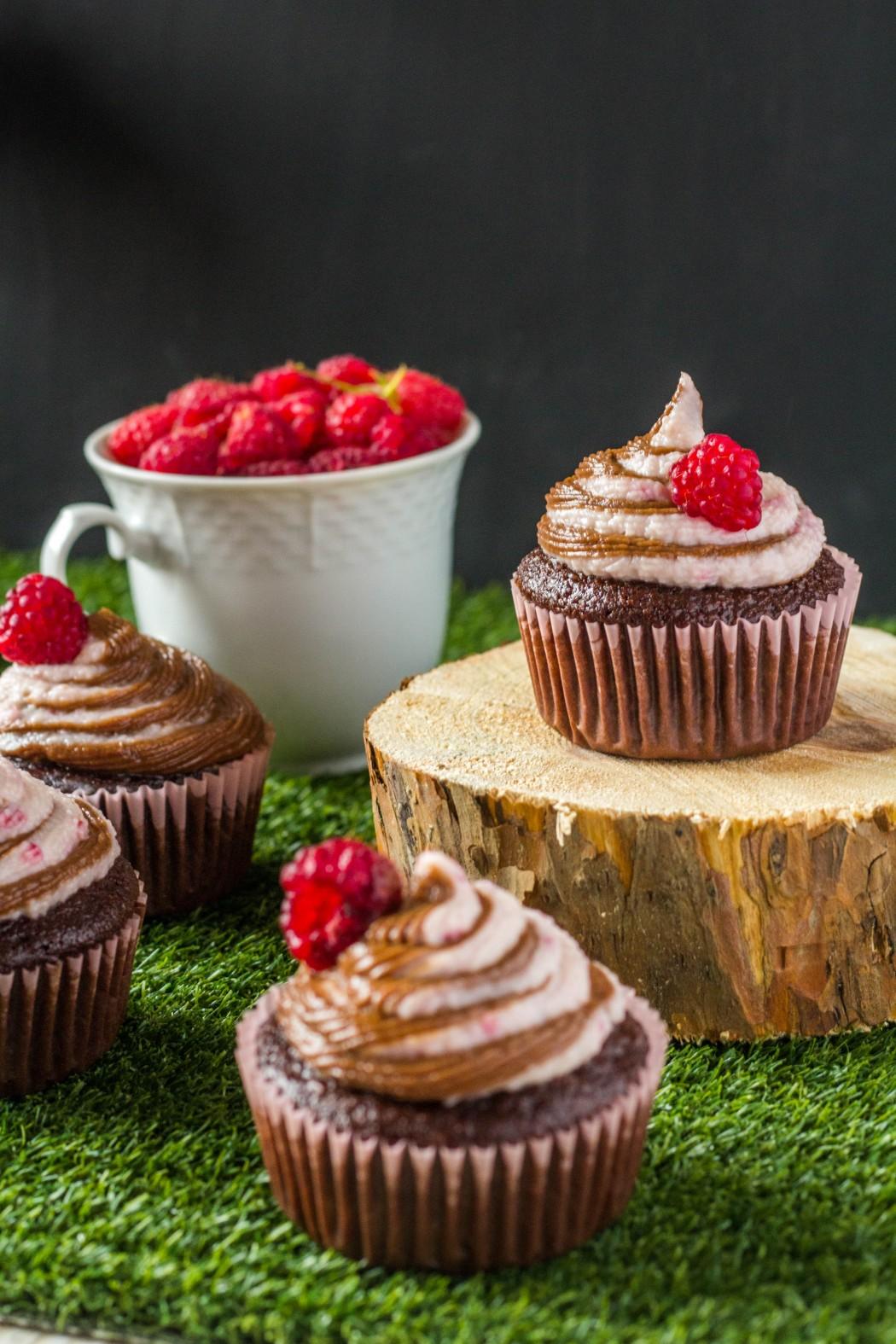 dvojfarebné čokoládovo - malinové cupcakes