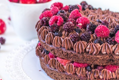 Čokoládová brownie torta s čokoládovým mascarpone krémom a ovocím