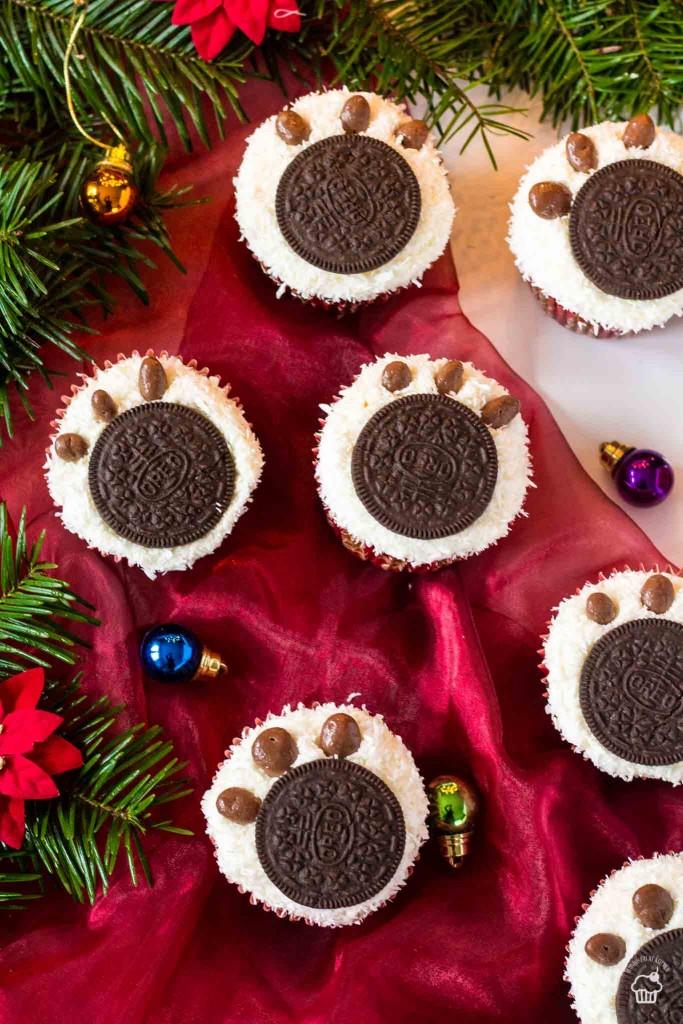 Kokosové cupcakes s tvarohovým krémom a labkou polárneho medveďa