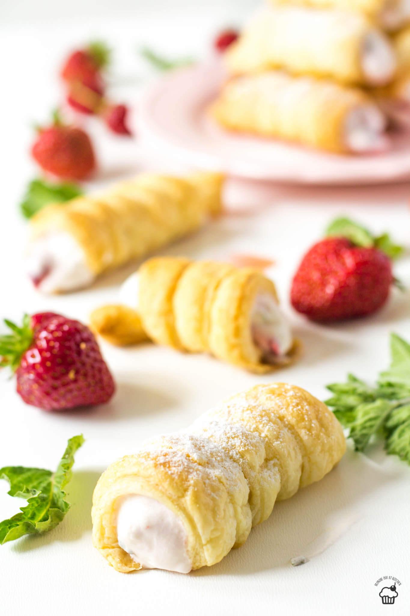 jahodové kremrole so šľahačkou a mätou
