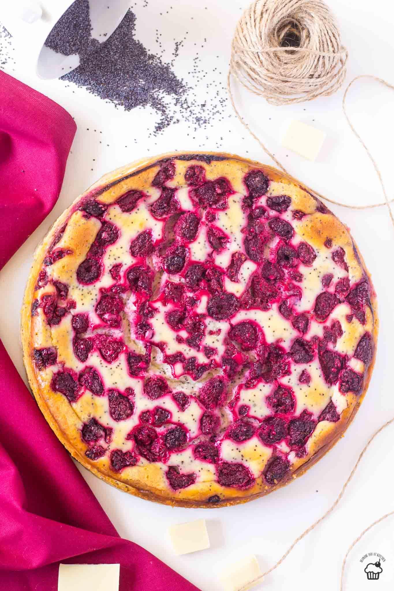 malinový cheesecake s makom a bielou čokoládou