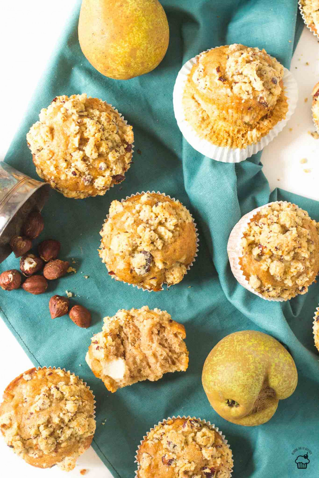 Vanilkovo škoricové hruškové muffiny s lieskovcovou posýpkou